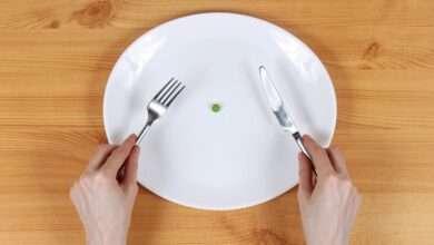 plato semi vacío con un guisante